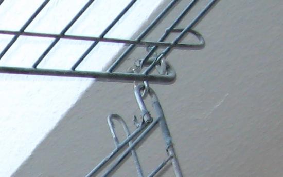 Befestigung eines Fenstergitters an Dachfenster im Papageienzimmer